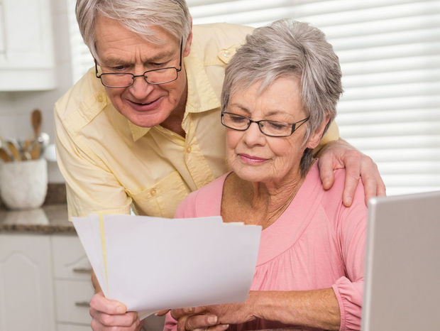 seniori, dôchodcovia, list, počítač, dôchodok, účet, účty, poistenie, zmluva