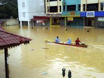 Malajzia, záplavy, loď, dažde,