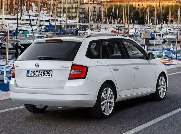 """Najväčší """"poplach"""" robí pri parkovaní Škoda Fabia Combi."""
