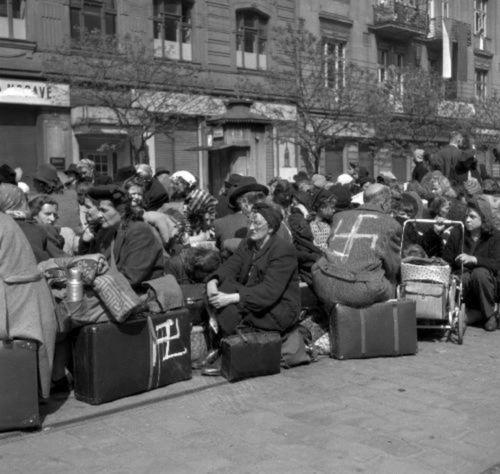 Nemeckí obyvatelia označení hákovými krížmi.