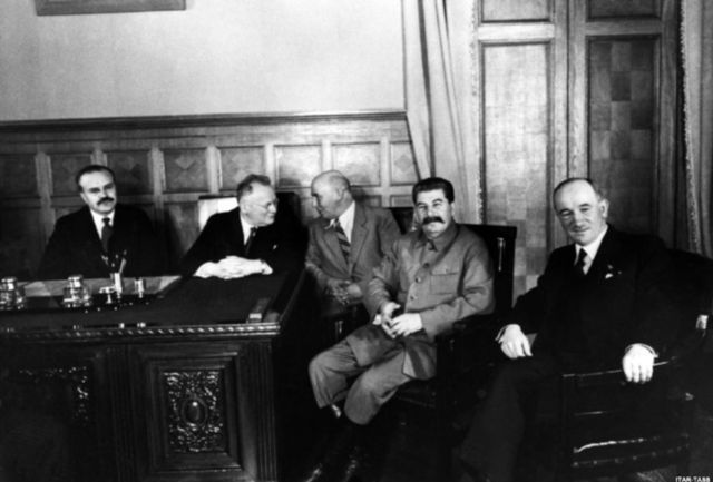 Beneš so Stalinom si rozumeli. Už koncom roku 1943 sa dohodli na odsune Nemcov a Maďarov z územia obnovenej ČSR. Na snímke celkom vľavo minister zahraničia ZSSR Viačeslav Molotov.