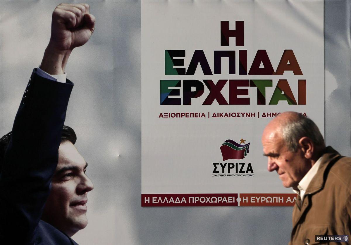 Muž prechádza okolo volebného bilbordu strany SYRIZA, ktorá vo volebných prieskumoch vedie.