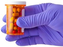 antibiotiká, lieky, ruka, rukavica, choroba, liečenie, liečba, pacient, lekár, vedec,