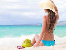žena, leto, pláž, piesok, more, dovolenka, nápoj, klobúk,