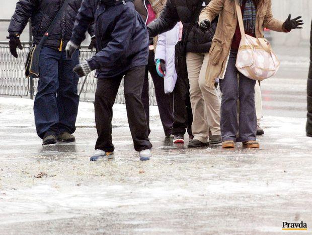 počasie, poľadovica, šmykľavo, ľad, zima, turisti, sneh, mráz