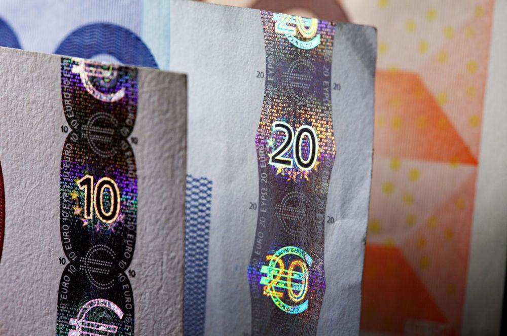 Jeden z ochranných znakov na eurových bankovkách - hologram.