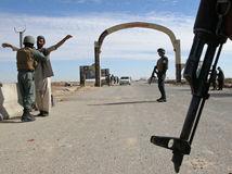 Afganistan, Taliban, vojaci, kontrola, armáda, zbrane, zbra§, puška,