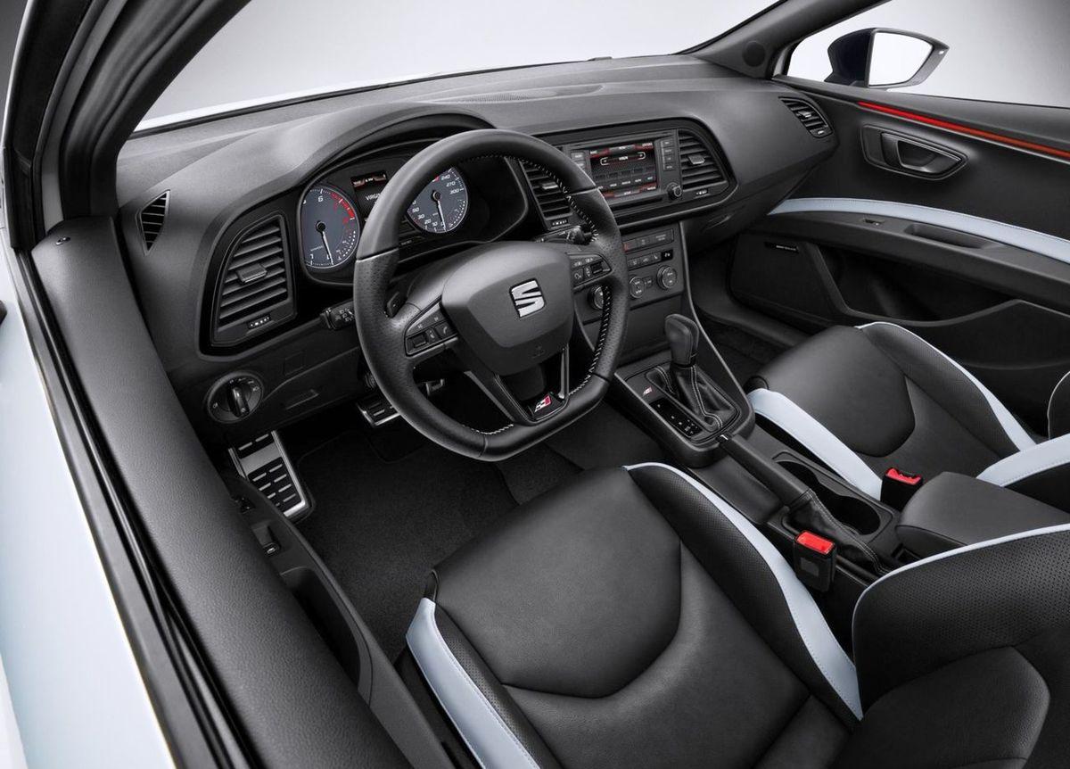 Interiér dostal v sérii športový volant, anatomické sedadlá čalúnené Alcantarou aj hliníkové pedále. Farbu osvetlenia interiéru je možné meniť vďaka LED diódam.