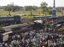 India, vlak, vykoľajený, vlakové nešťastie,