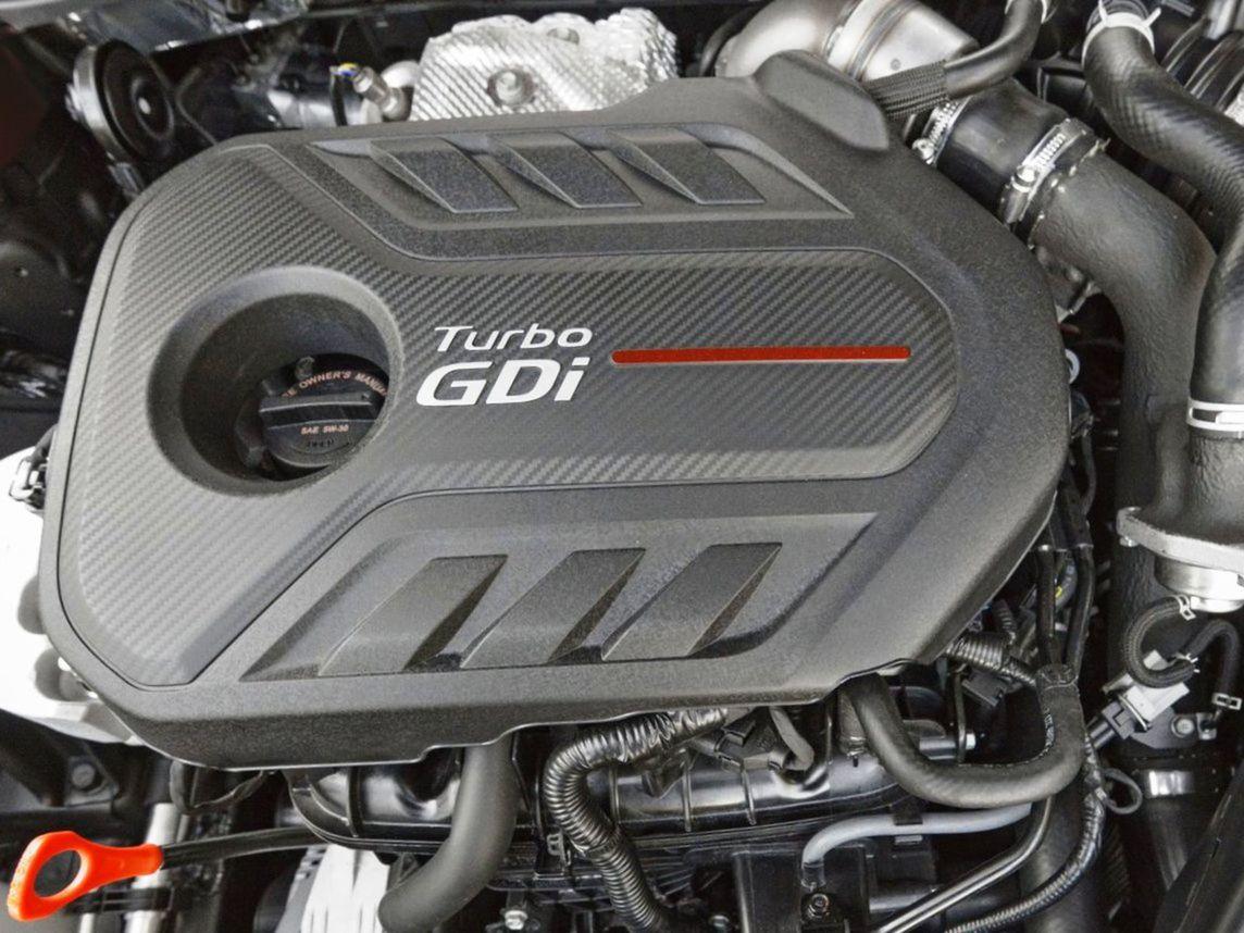 Pod kapotou pracujú len mierne modernizované motory 1,7 CRDi a 2,0 GDI. Najväčšou novinkou je tak 7-stupňová dvojspojková prevodovka DCT. Neskôr však pribudne aj dvojlitrové turbo pre verziu GT.