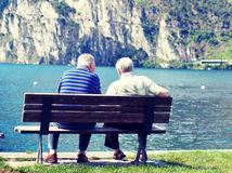 dôchodok, dôchodca, lavička, jazero, priatelia, kamaráti