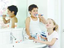 zuby, kefka, kúpeľňa, deti, umývanie zubov, ústna hygiena