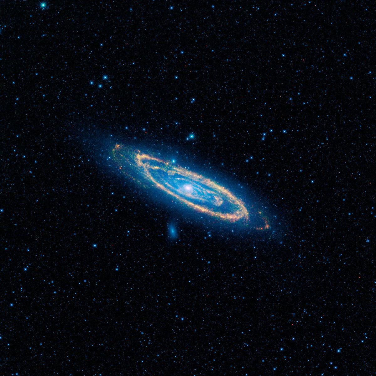 Snímka galaxie ako ju vidí vesmírny teleskop WISE. Oranžová farba sú emisie tepla z hviezd na ramenách galaxie. Žiadne z týchto tepelných emisií však nevyprodukovali vyspelé mimozemské civilizácie.