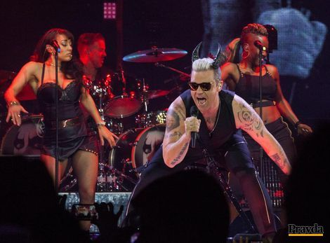 Robbie Williams prekvapil ľudskosťou aj duetom s otcom