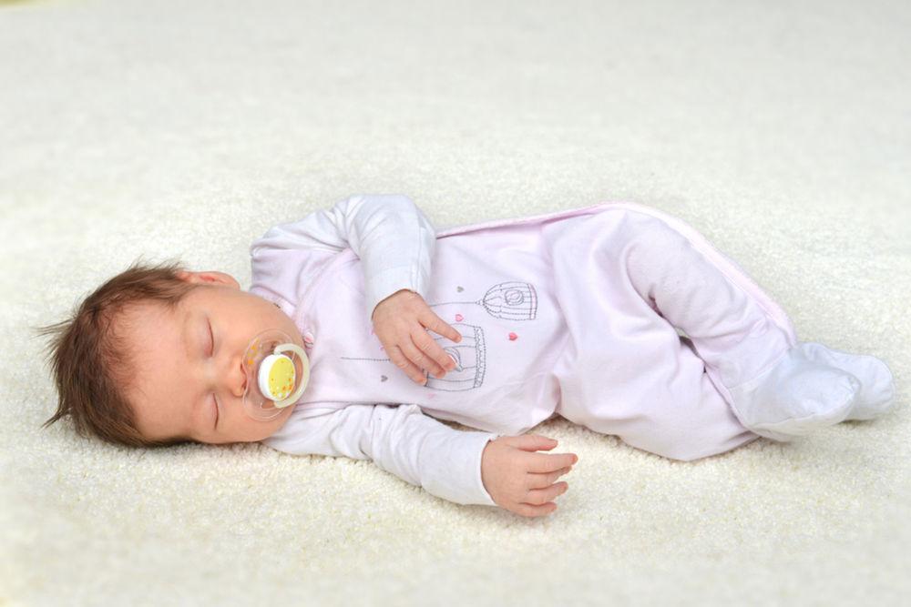 Bábätká spia až 18 hodín denne. Deti potrebujú spať asi 10 až 11 hodín. Dospelým obyčajne stačí 8, hoci starší ľudia môžu spať v noci len 5 či 6 hodín.