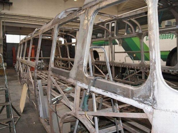 Ako ilustruje snímka, starý autobus bol rozobraný do poslednej skrutky.