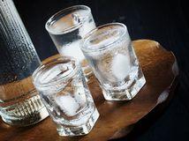 alkohol, vodka, nalievať, piť, opitý, pohárik, poldeci,