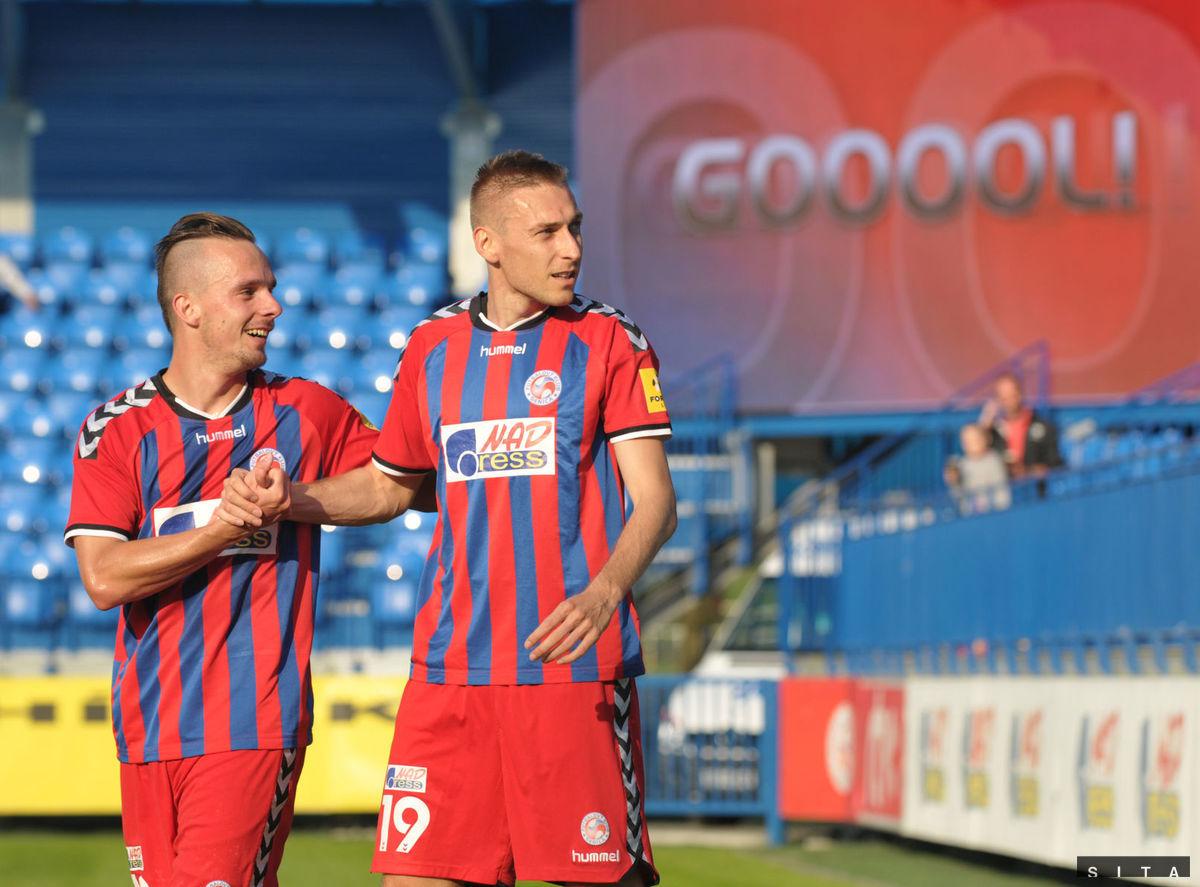 Jan Kalabiška (vpravo) už nebude dávať góly za Senicu.