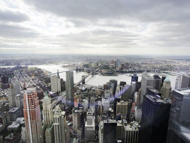 Pohľad na newyorskú biznis štvrť. Brooklynský most a East River.