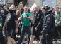 Účastníci demonštrácie proti utečencom prechádzajú okolo protestujúcich ľudí, ktorí nesúhlasia s ich extrémistickými postojmi.