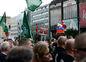 Ľudia prišli na Námestie SNP s vlajkami i transparentmi.