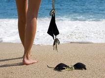 plavky, pláž, more, leto, piesok, kúpanie, nudisti, nudizmus, nohy, vlny, dovolenka, oddych,