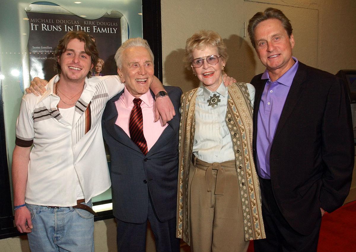 Herec Kirk Douglas, Diana Douglas, Michael Douglas a syn Michaela Douglasa, Cameron.