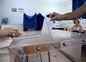 Muž hádže svoj hlasovací lístok do urny v gréckom prístavnom meste Solún.