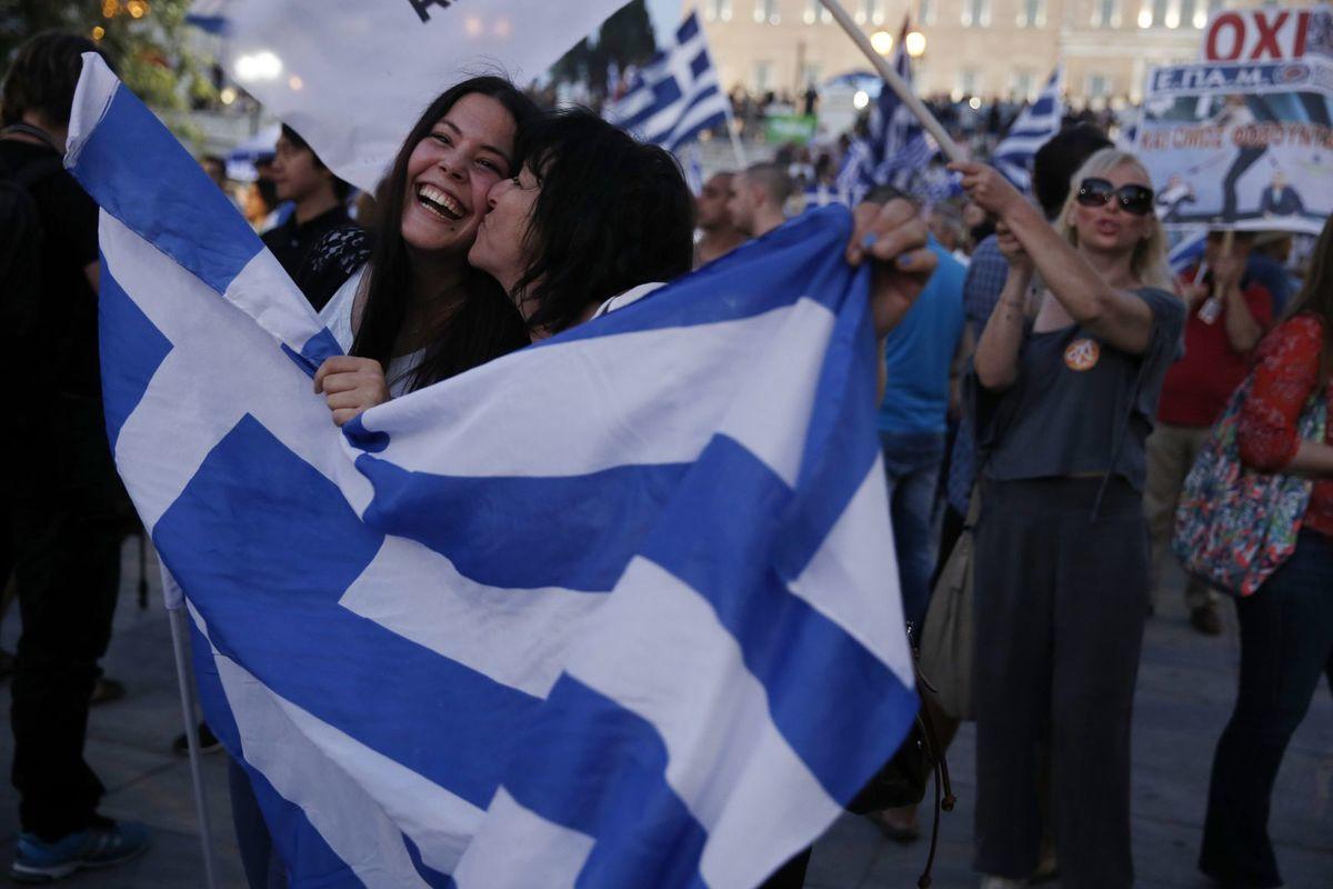 Ľudia v Aténach oslavujú výsledky referenda.