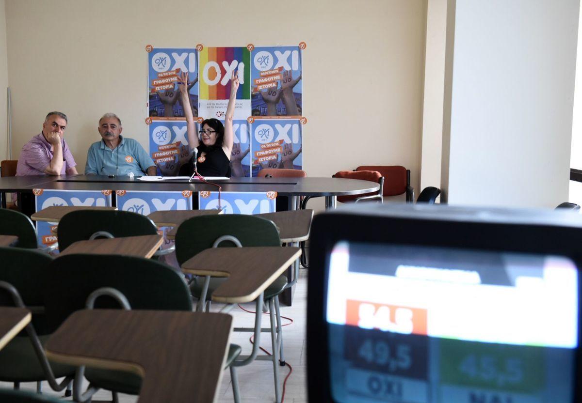 Členovia vládnucej strany Syriza po vypočutí prvých odhadov výsledkov referenda v Solúne.
