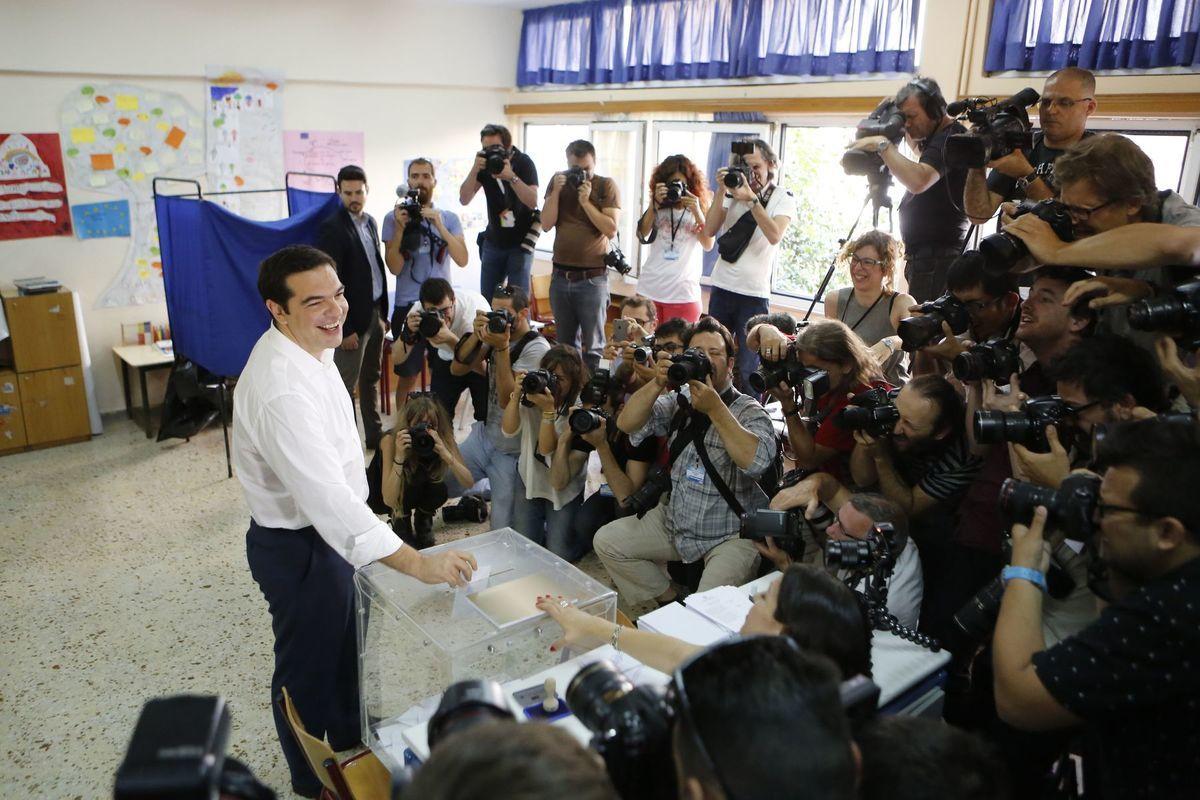 Grécky premiér Alexis Tsipras odovzdal svoj hlasovací lístok vo volebnej miestnosti v Aténach.