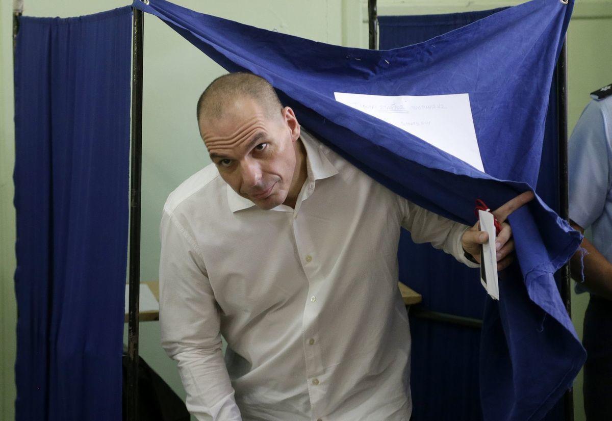 Grécky minister financií Yanis Varufakis hlasoval v referende vo volebnej miestnosti v Aténach.