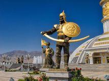 Turkménsko, Ašgabat, bojovníci, sochy,