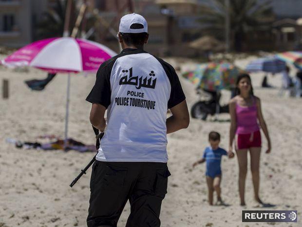 Policajt na stráži neďaleko hotela Imperial Marhaba, kde sa v júni odohral útok islamistu na turistov.