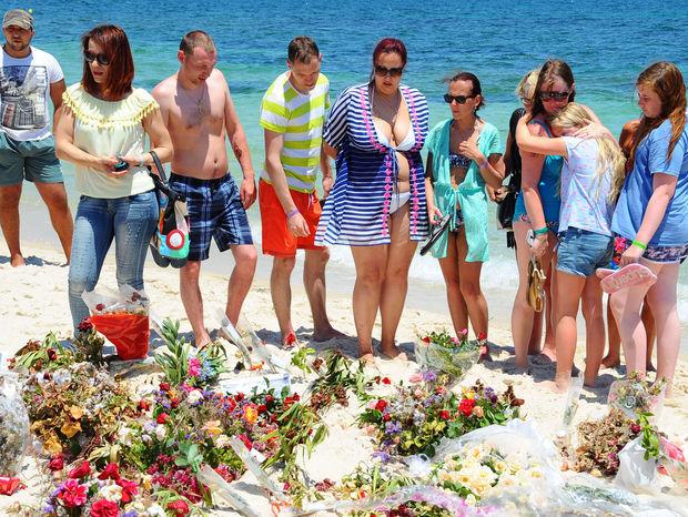 Turisti spomínajú na obete júnového útoku pri hoteli Imperial Marhaba v tuniskej Súse.