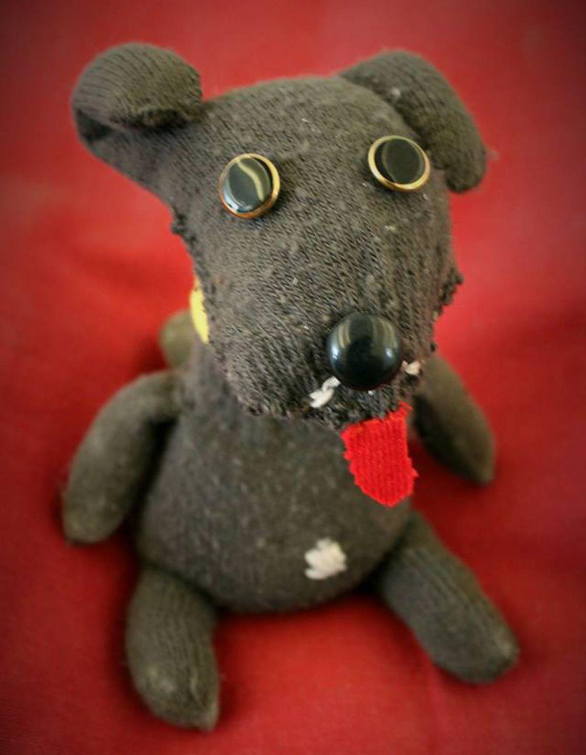 Beáta, ktorá má problémy so sebapoškodzovaním a v UPside našla pomoc, vyrobila do aukcie ponožkového psa.