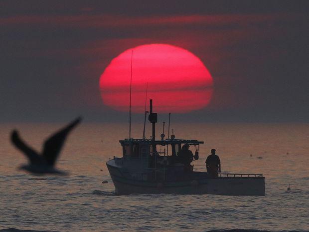 západ slnka, more, loď
