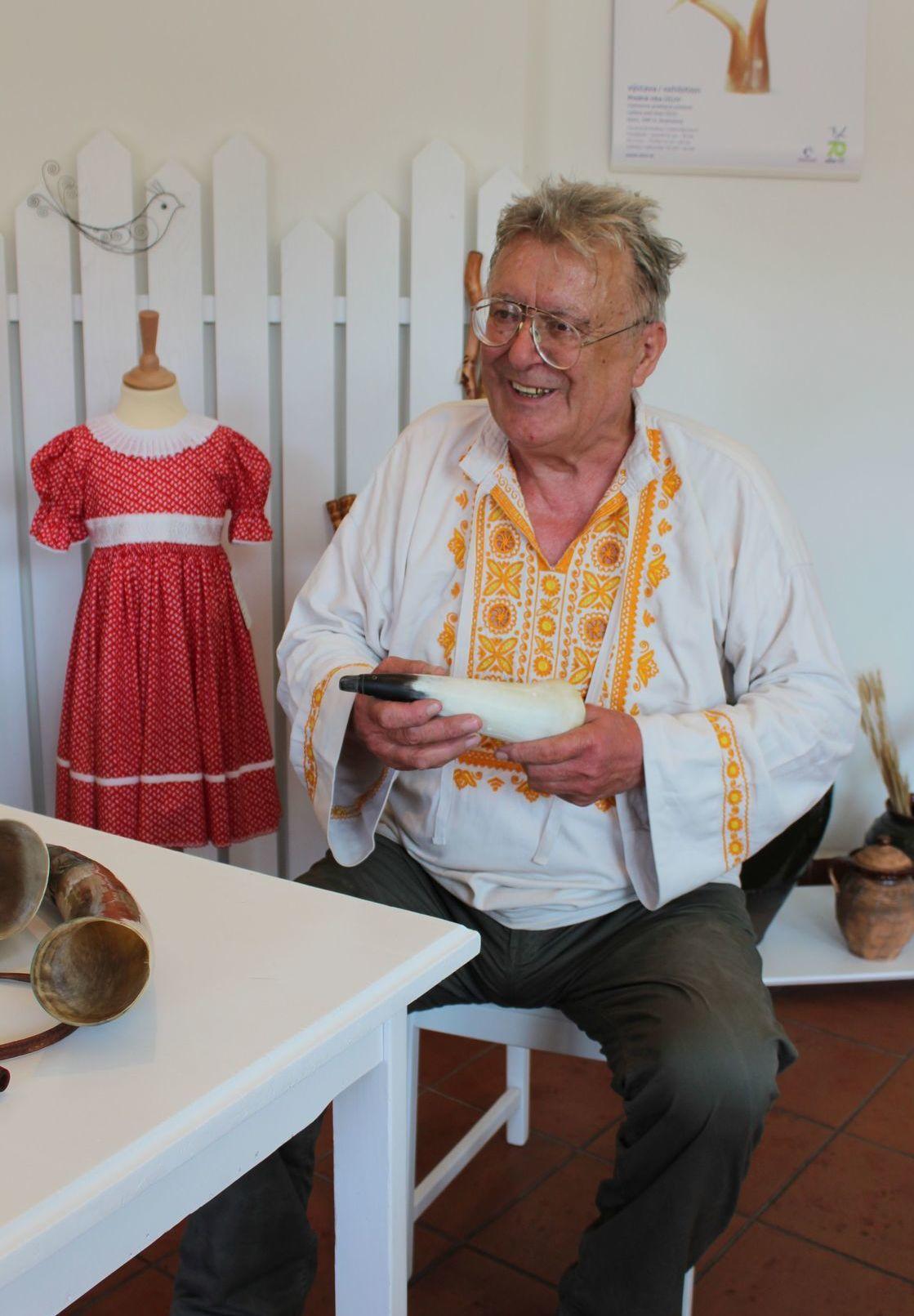 Majster ľudovej tvorby Tibor Koblíček vyrába predmety z rohoviny už vyše 40 rokov.