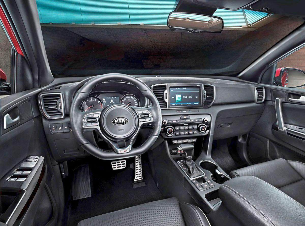 Interiér čerpá inšpiráciu z drahšieho a väčšieho Sorenta. Používa kvalitnejšie materiály a nové rozhranie s 8-palcovým monitorom