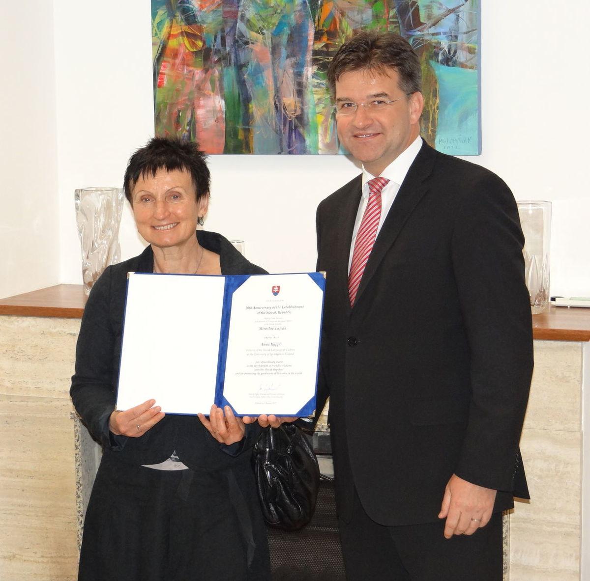 Minister zahraničných vecí Miroslav Lajčák odovzdáva Anne Kyppö ocenenie za šírenie dobrého mena Slovenska vo svete.