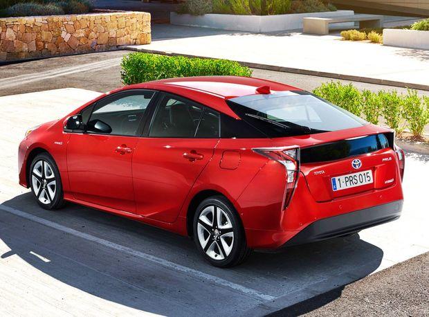 """Najpredávanejším hybridom planéty je Toyota Prius. Vlani sa pre ňu rozhodlo 354 511 zákazníkov, čo bolo až o 69,4 % viac ako rok predtým. Aj tak je ale """"až"""" na  45. priečke."""