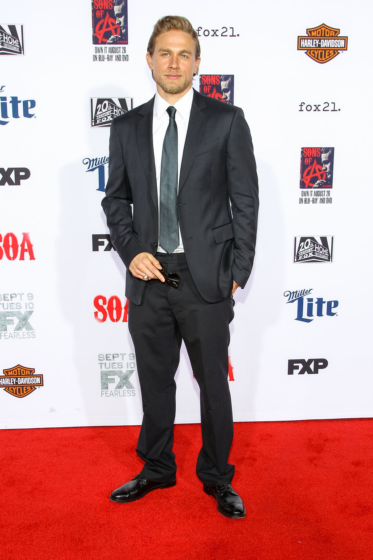 Herec Charlie Hunnam na premiére záverečnej série seriálu Zákon gangu.