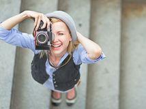 fotografka, fotky, fotoaparát, fotenie, snímky, dievča, turistka, cestovanie, obrázky, foťák, dovolenka, schody