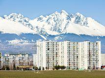 Poprad, Tatry, bytovky, dom, byty, bývanie, Vysoké Tatry, pole, sneh, hory, kopce, zima,
