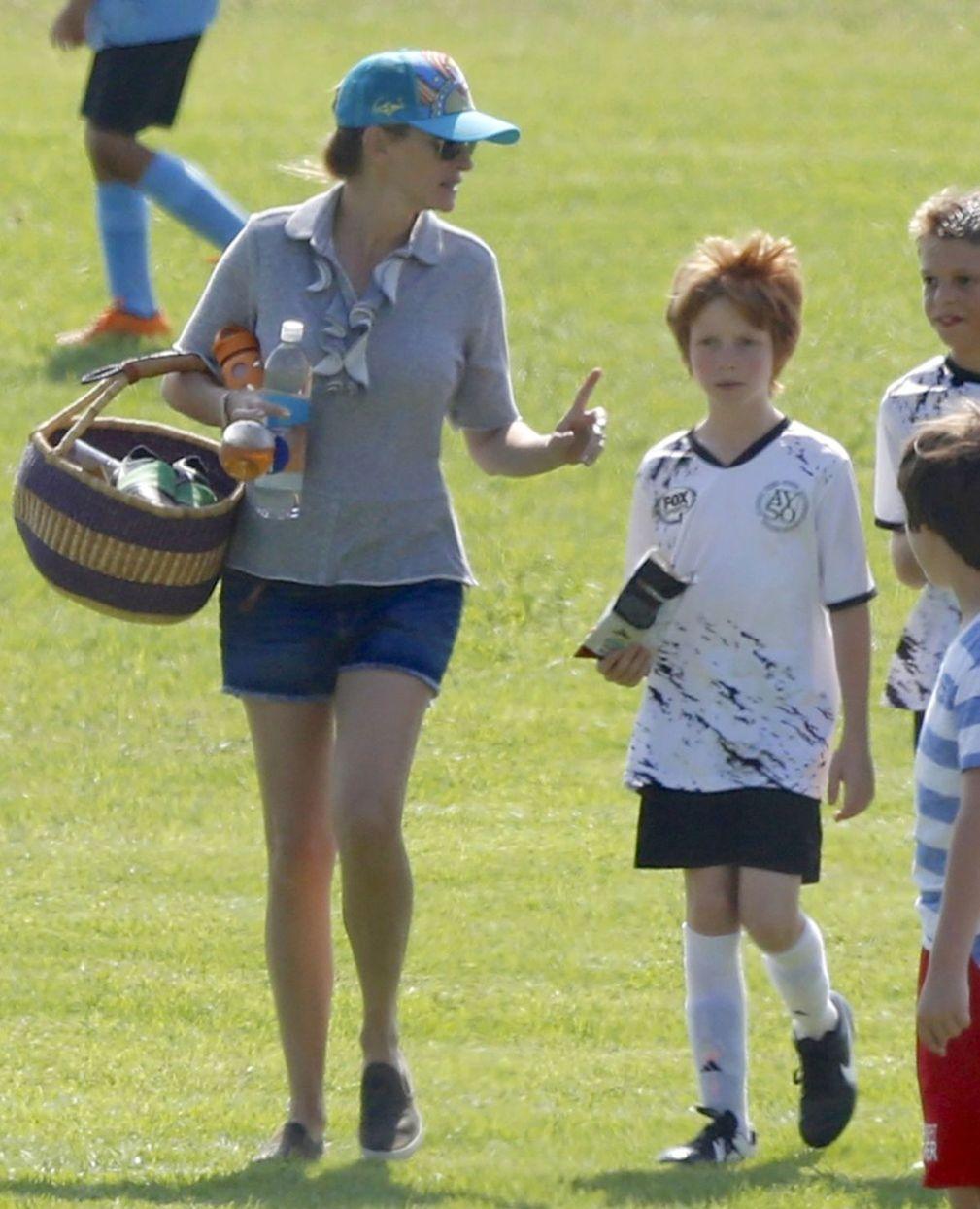 Julia Roberts spolu so synom  Phinnaeusom na ihrisku v Malibu.