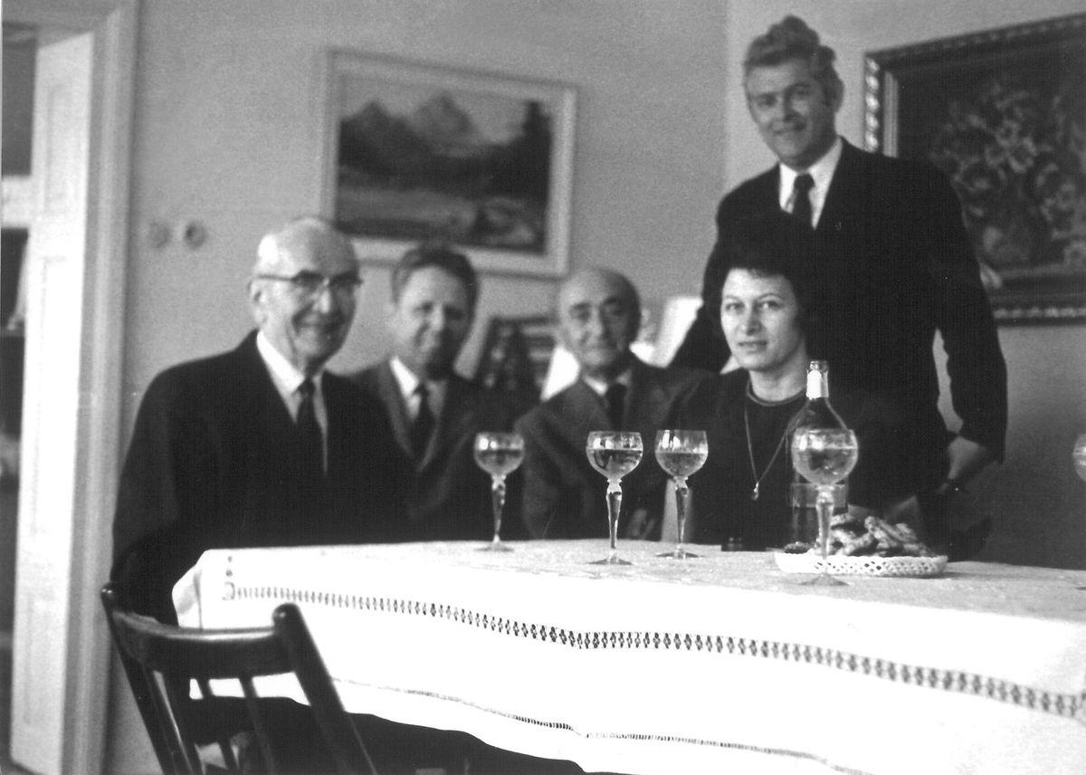 Na návšteve evanjelickej fary v Starej Turej v júni 1970. Prvý zľava (sediaci) Ján Slezák.