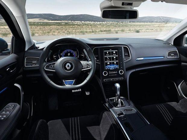 Interiér je identický s hatchbackom. Centrom palubovky je veľký 8,7-palcový monitor rozhrania R-Link 2.