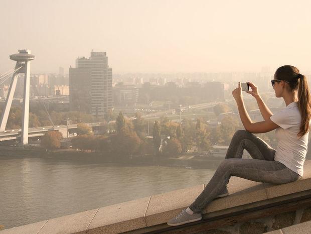 Bratislava, mobil, žena, most SNP