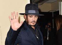 Herec Johnny Depp pózuje fotografom.