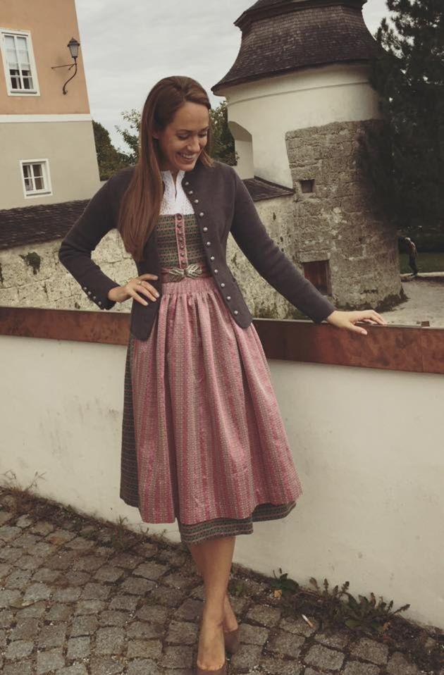 "Rakúska moderátorka v kroji ""dirndl""."